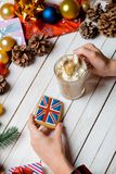 Руки держа великобританские печенье и чашку флага Стоковое фото RF