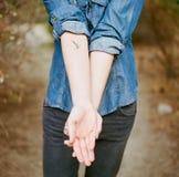 руки держа вне женщину Стоковое Изображение