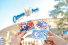 Руки держа входные билеты к парку океана в Гонконге стоковые фотографии rf