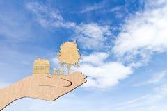 Руки держа домашнюю предпосылку неба фамильного дерев дерева Стоковое фото RF