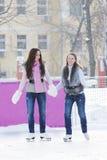 руки держа женщин кататься на коньках льда Стоковые Изображения