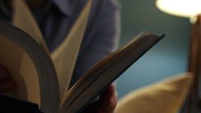 Руки держа книгу и слегка ударяя страницы акции видеоматериалы