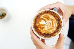 Руки держа кофейную чашку с космосом, взгляд сверху, едой и dri экземпляра Стоковая Фотография RF