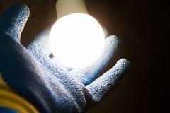 Руки держа новое СИД светоизлучающего диода Стоковое Фото