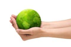 руки держа планету иллюстрация вектора