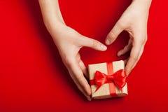 Руки держа подарок Стоковые Фотографии RF