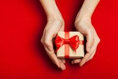 Руки держа подарок Стоковое Изображение RF
