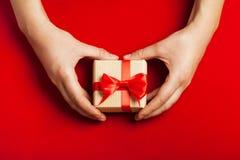 Руки держа подарок Стоковая Фотография RF