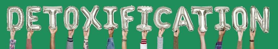 Руки держа слово detoxification в письмах воздушного шара стоковые изображения rf