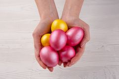 Руки держа современные покрашенные пасхальные яйца r стоковое изображение rf