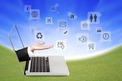Руки держа социальные иконы сети Стоковое Изображение