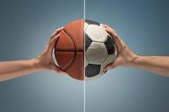 Руки держа футбольный мяч Стоковое Изображение