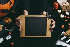 Руки держа хеллоуин чешут сделанный из бумаги ремесла скопируйте космос Стоковое Изображение