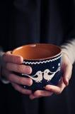 Руки держа чашку молока стоковое фото