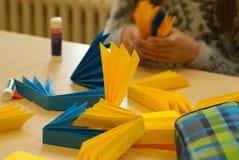 Руки детей делают фонарик Стоковые Изображения