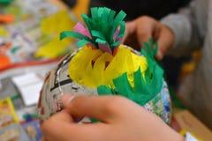 Руки детей делают pinata стоковое изображение