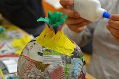 Руки детей делают pinata стоковое изображение rf