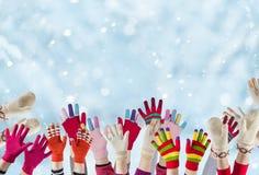 Руки детей с перчатками зимы стоковые изображения rf