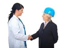 руки доктора архитектора трястия женщин Стоковые Изображения