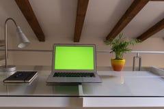 Руки домашнего офиса на компьютере стоковые фото