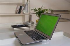 Руки домашнего офиса на компьютере стоковая фотография rf