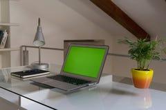 Руки домашнего офиса на компьютере стоковое изображение