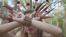 Руки дриады или феи леса с покрашенными глазами на ладонях и ложных когтях танцуя и покрывая сторона Старый ритуал видеоматериал