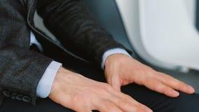 Руки дурного предчувствия человека офиса тереть выстукивать сток-видео