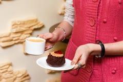 Руки девушек держат чашку кофе и торт Стоковое Фото