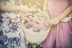 2 руки девушек держа корзину пасхи - ретро Стоковое Фото