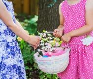 2 руки девушек держа корзину пасхи Стоковое фото RF