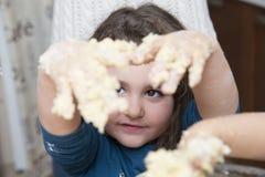 Руки девушки в тесте Стоковое фото RF