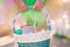Руки девушки держа корзину пасхи Стоковое Фото