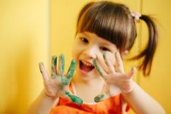 Руки девушки покрашенные показом armourer стоковые изображения