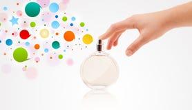 Руки девушки распыляя цветастые пузыри Стоковые Фото