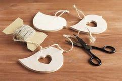Руки деревянных ремесел используя ножницы и веревочку Стоковые Изображения