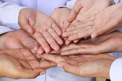 Руки держатся совместно стоковое фото