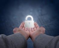 Руки держат padlock стоковое изображение