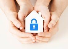 Руки держа бумажный дом с замком Стоковое Изображение RF