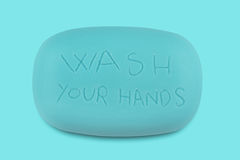 Руки держа голубой бар мыла с мытьем ваши руки написанный Стоковая Фотография