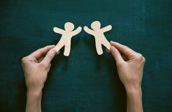 Руки держа деревянных людей Стоковые Изображения RF