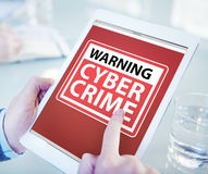 Руки держа злодеяние кибер таблетки цифров стоковые изображения