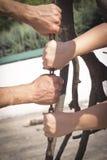 Руки держа и вытягивая ручку Стоковое Фото