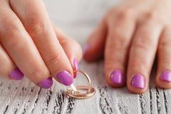 2 руки держа 2 кольца золота wedding Стоковое Изображение RF