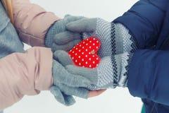 Руки держа красное сердце в зиме Стоковое фото RF