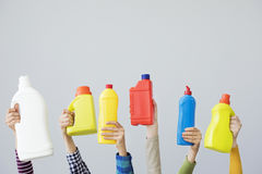 Руки держа красочную пластичную бутылку Стоковые Фотографии RF