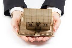 Руки держа маленькую модель дома имущество принципиальной схемы реальное Стоковое Изображение