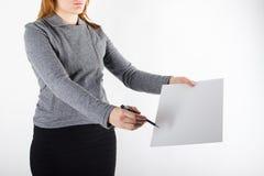 Руки держа документы подписания чистого листа бумаги белой бумаги на белой предпосылке Стоковое фото RF