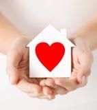 Руки держа дом белой бумаги Стоковое Фото