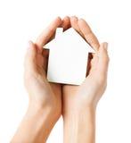 Руки держа дом белой бумаги Стоковые Фото